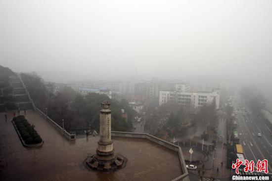 北京遭遇严重空气污染 姚明抬头看天直皱眉(图)
